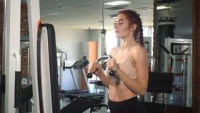 Mulher apta que faz o exercício no tríceps filme