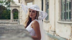 Mulher aristocrática chique no vestido branco do estilo retro vídeos de arquivo