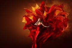 Mulher Art Dress, modelo de forma bonito no vestido vermelho artístico fotos de stock