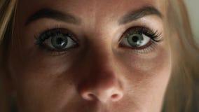 Mulher ascendente próxima da cara com olhos abertos que pisc e que olha à câmera Mulher triste do retrato Cara fêmea, olhos, pest vídeos de arquivo