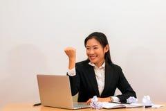 A mulher asiática é contente e sorrindo quando relaize seu trabalho Imagem de Stock Royalty Free