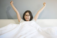 A mulher asiática acorda na manhã fotografia de stock
