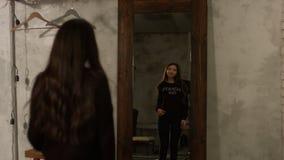 Mulher asiática adorável que olha si mesma no espelho filme