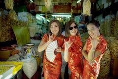 Mulher asiática alegre que veste a cara de sorriso toothy da roupa chinesa da tradição na cidade da porcelana de Banguecoque foto de stock royalty free