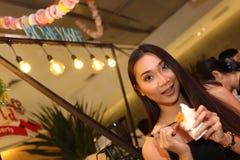 A mulher asiática antes compõe o penteado nenhum retocar, cara fresca Imagens de Stock Royalty Free