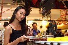 A mulher asiática antes compõe o penteado nenhum retocar, cara fresca Fotografia de Stock Royalty Free
