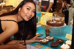 A mulher asiática antes compõe o penteado nenhum retocar, cara fresca Imagens de Stock
