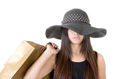 Mulher asiática atrativa que guarda sacos de compras Imagens de Stock Royalty Free