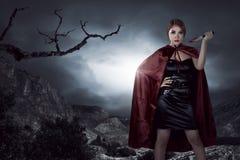 Mulher asiática bonita da bruxa que guarda a faca ensanguentado fotos de stock royalty free