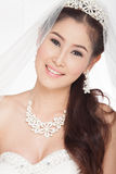 Mulher asiática bonita do retrato no vestido de casamento branco com véu Fotografia de Stock Royalty Free