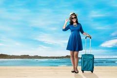 Mulher asiática bonita do viajante com mala de viagem fotografia de stock