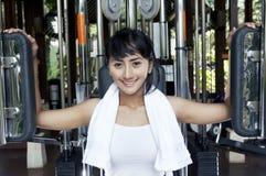 Mulher asiática bonita em uma máquina da plataforma do animal de estimação Fotografia de Stock Royalty Free