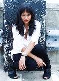 Mulher asiática bonita no ajuste urbano fotografia de stock royalty free