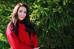 Mulher asiática bonita no revestimento vermelho Imagens de Stock