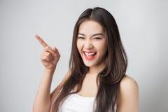 Mulher asiática bonita nova com cara do smiley imagens de stock royalty free