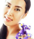 A mulher asiática bonita nova com fim da orquídea da flor isolou acima o sp Fotos de Stock Royalty Free