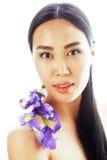 A mulher asiática bonita nova com fim da orquídea da flor isolou acima o sp Foto de Stock
