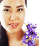 A mulher asiática bonita nova com fim da orquídea da flor isolou acima o sp Imagem de Stock Royalty Free