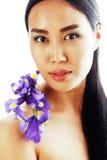 A mulher asiática bonita nova com fim da orquídea da flor isolou acima o sp Fotografia de Stock Royalty Free
