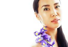 A mulher asiática bonita nova com fim da orquídea da flor isolou acima o sp Imagens de Stock