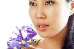 A mulher asiática bonita nova com fim da orquídea da flor isolou acima termas Foto de Stock