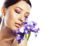 Mulher asiática bonita nova com fim roxo da orquídea da flor acima do isolador fotografia de stock royalty free