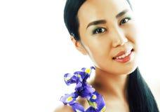 Mulher asiática bonita nova com fim roxo da orquídea da flor acima do isolador fotos de stock royalty free