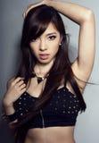 Mulher asiática bonita nova com pele sem falhas e cabelo perfeito do composição e o marrom fotografia de stock