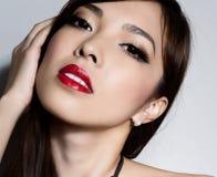 Mulher asiática bonita nova com pele sem falhas e cabelo perfeito do composição e o marrom imagem de stock royalty free