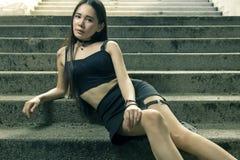 Mulher asiática bonita que levanta nas escadas imagem de stock