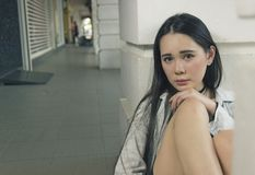 Mulher asiática bonita que levanta no corredor Imagens de Stock