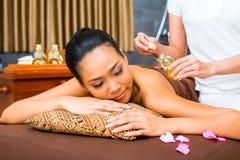 Mulher asiática bonita que recebe a massagem Foto de Stock Royalty Free