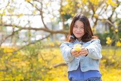 Mulher asiática bonito com sorriso tailandês do retrato da flor imagens de stock royalty free