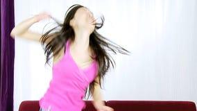 Mulher asiática bonito feliz que dança o movimento lento video estoque