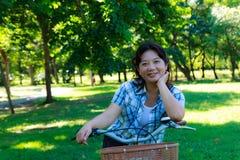 Mulher asiática com bicicleta 11 Fotografia de Stock Royalty Free