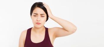 A mulher asiática com dor principal, enxaqueca fêmea, sofre a dor de cabeça asiática isolada mulher da menina imagens de stock