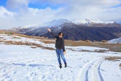 Mulher asiática com a emoção da felicidade que está no campo de neve do gelo dentro Fotografia de Stock