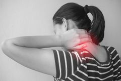 Mulher asiática com ferimento do músculo que tem a dor em seu pescoço fotos de stock royalty free
