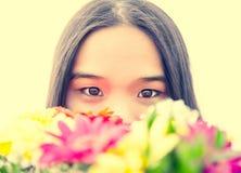Mulher asiática com flores foto de stock royalty free
