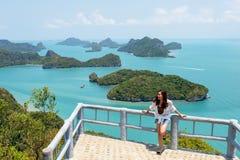 Mulher asiática com opinião bonita MU Koh Angthong, ilha de Samui, Surat Thani, Tailândia foto de stock royalty free