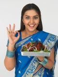 Mulher asiática com seu tandoori da galinha Imagem de Stock Royalty Free