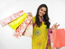 Mulher asiática com seus sacos de compra Fotografia de Stock