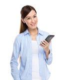 Mulher asiática com telefone de pilha Fotografia de Stock Royalty Free