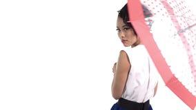 Mulher asiática com um guarda-chuva com lookin do teste padrão de às bolinhas na câmera no fundo branco vídeos de arquivo