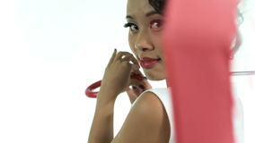 Mulher asiática com um guarda-chuva com lookin do teste padrão de às bolinhas na câmera no fundo branco video estoque