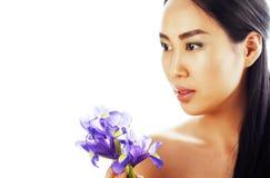 Mulher asiática consideravelmente real dos jovens com fim roxo da orquídea da flor acima imagens de stock royalty free