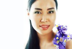 Mulher asiática consideravelmente real dos jovens com fim roxo da orquídea da flor acima imagem de stock royalty free
