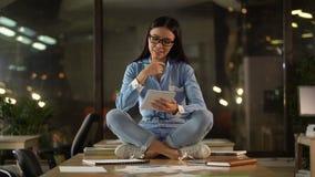 Mulher asiática criativa que senta-se na tabela do escritório, pensando sobre ideias da partida vídeos de arquivo