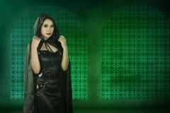 Mulher asiática da bruxa que veste o traje preto Fotografia de Stock Royalty Free