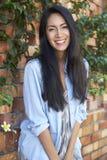 A mulher asiática da raça misturada olha à câmera, comprimento dos três quartos imagens de stock royalty free